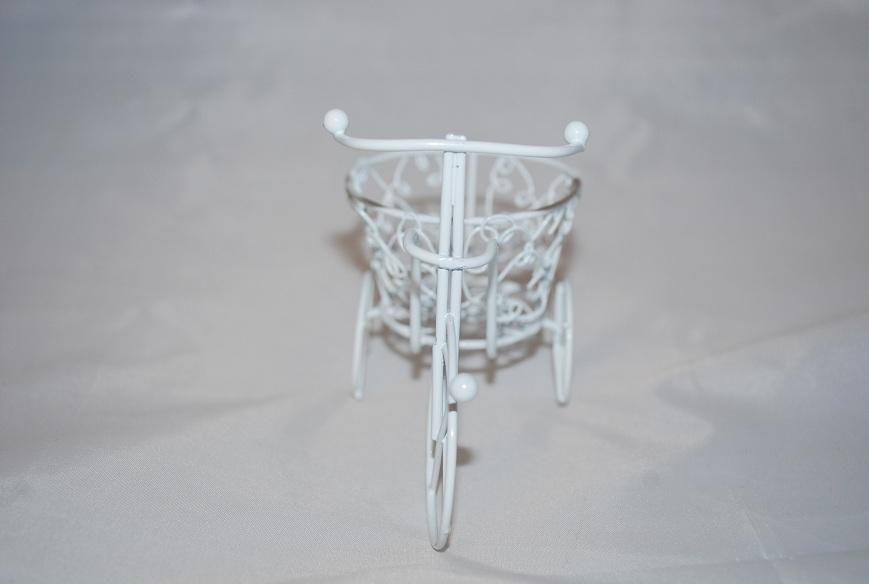 Marturii_nunta_bicicleta_metal_alba_cu_cos_rotund_model_deosebit4