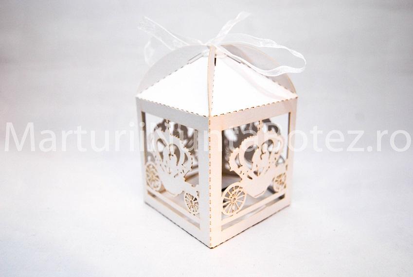 Marturii_nunta_cutie_carton_model_deosebit_caleasca_miri_alba2