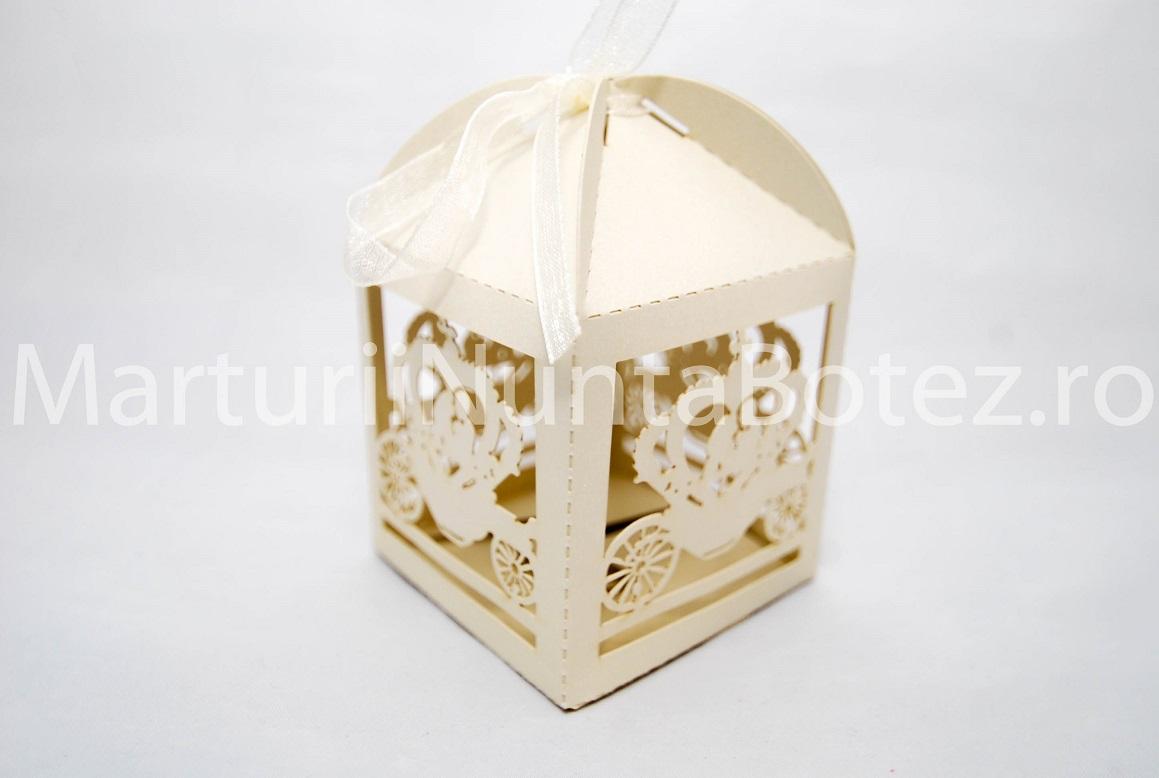 Marturii_nunta_cutie_carton_model_deosebit_caleasca_miri_crem2