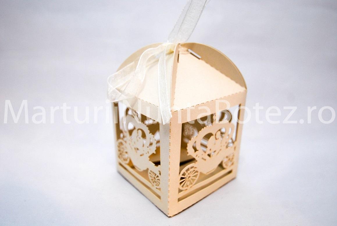 Marturii_nunta_cutie_carton_model_deosebit_caleasca_miri_crem4