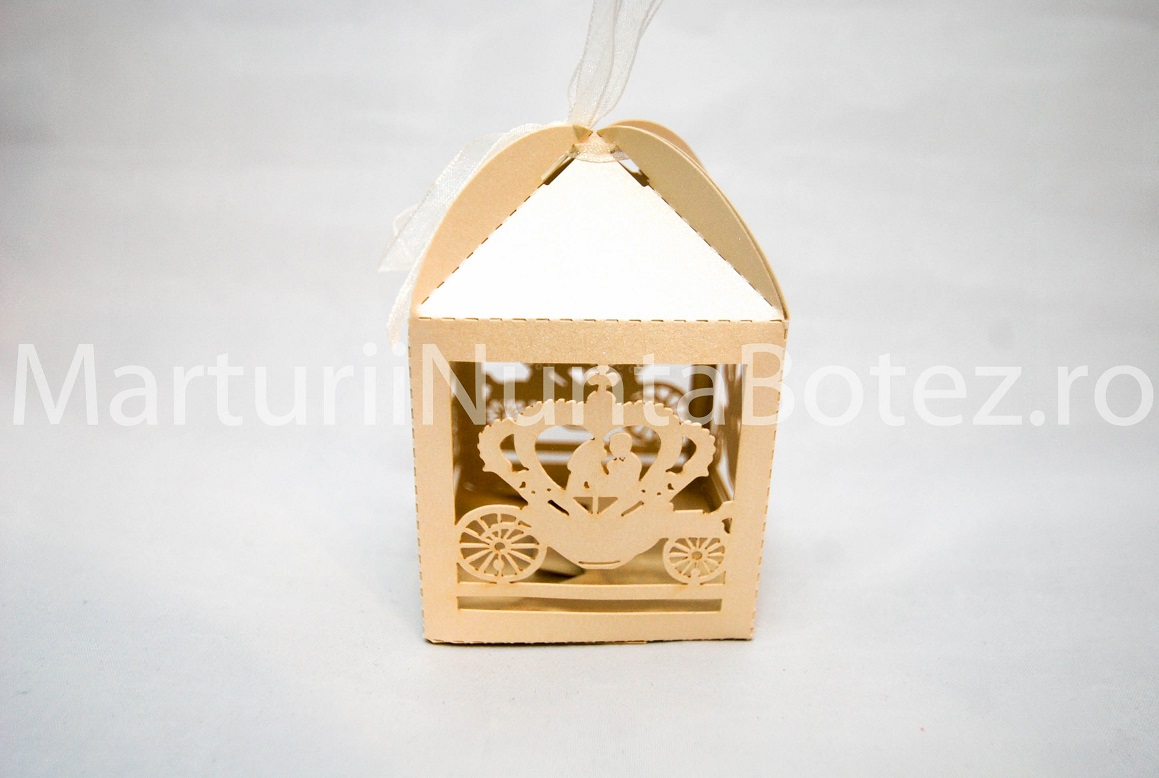 Marturii_nunta_cutie_carton_model_deosebit_caleasca_miri_crem5